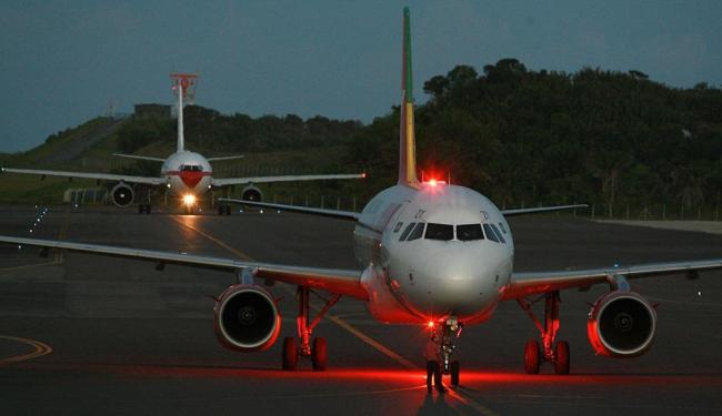 Voo que deveria aterrissar em Salvador à meia-noite ainda não tinha chegado no início da tarde deste - Foto: Fernando Vivsa | Arquivo | Ag. A TARDE