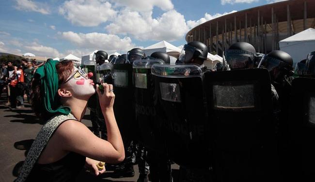Mais de mil pessoas conseguiram furar o bloqueio da PM e chegar aos portões de acesso do estádio - Foto: Raul Spinassé | Ag. A TARDE
