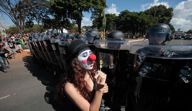 Participantes do protesto fazem performances pacíficas em frente à polícia - Foto: Raul Spinassé | Ag. A TARDE