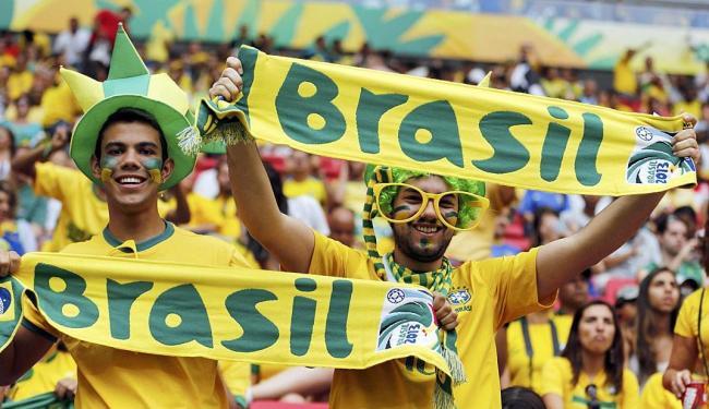 Torcida brasileira se caracteriza para o jogo de abertura - Foto: Agência Reuters