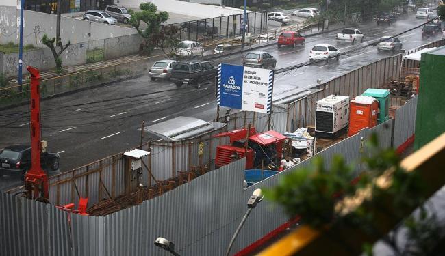 Passarela em construção na Av. Tancredo Neves, em frente ao Shopping Sumaré - Foto: Fernando Amorim | Ag. A TARDE