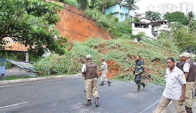 Internauta faz foto do deslizamento e posta no Facebook - Foto: Chico Gomes | no Facebook