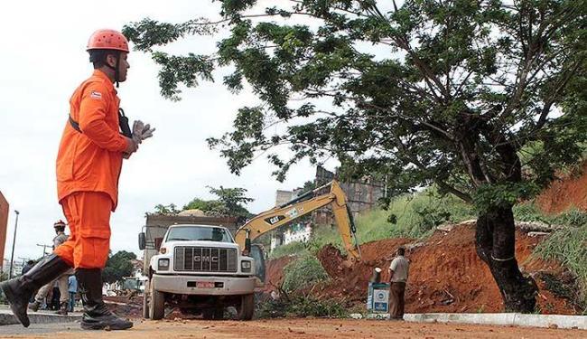 Trabalho de escavação na Contorno irá durar toda a noite - Foto: Adilton Venegeroles | Ag. A TARDE