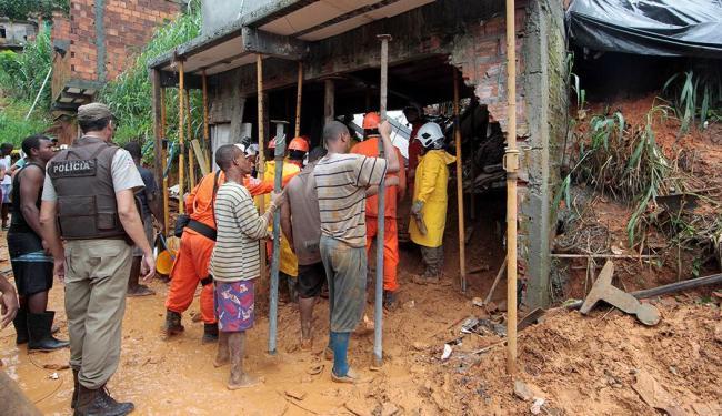Casa atingida tinha lateral da encosta coberto por lona plástica - Foto: Eduardo Martins | Ag. A TARDE