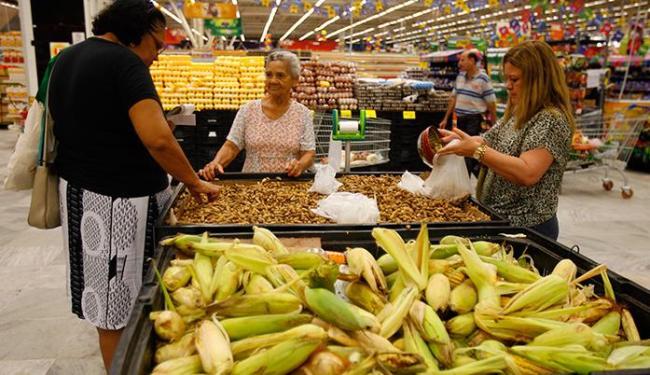 Consumidores precisam ficar atentos não só aos preços, mas também ao estado dos produtos - Foto: Adilton Venegeroles | Ag. A TARDE
