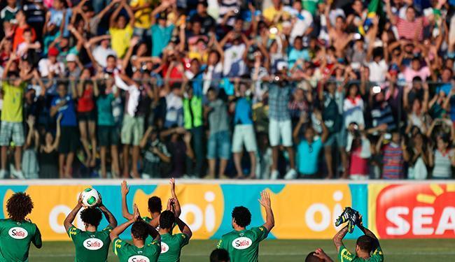 Jogadores da Seleção saúdam torcida cearense no Estádio Presidente Vargas - Foto: Fernando Bizerra Jr. | EFE