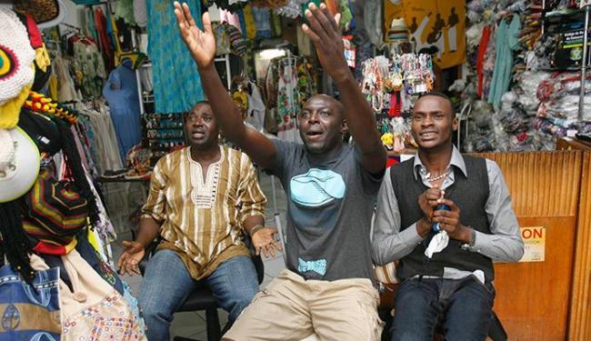 Akani deixou loja com funcionários para torcer ao lado de Richard - Foto: Margarida Neide | Ag. A TARDE