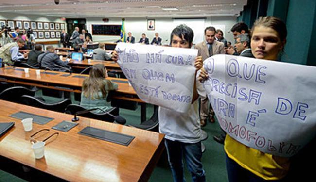 Sob protestos, comissão aprova projeto da