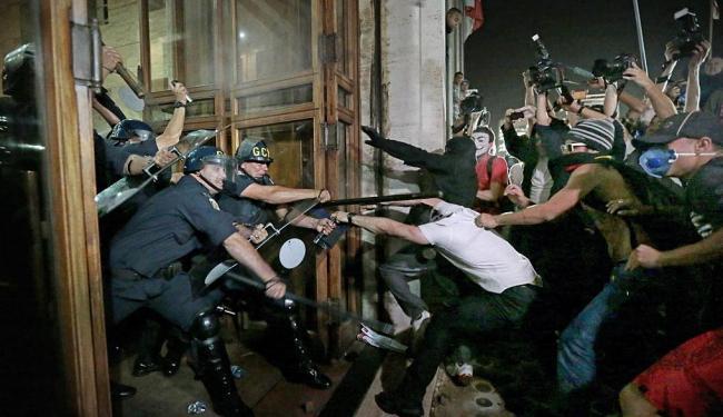 Os episódios de vandalismo começaram por volta das 19 horas - Foto: Fábio Braga | Folhapress