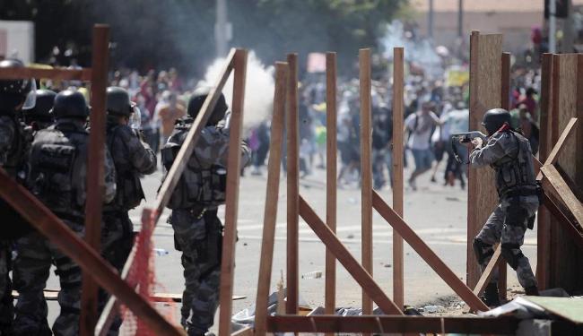 Polícia revida atirando com balas de borracha e lançando bombas de gás - Foto: Raul Spinassé | Ag. A TARDE