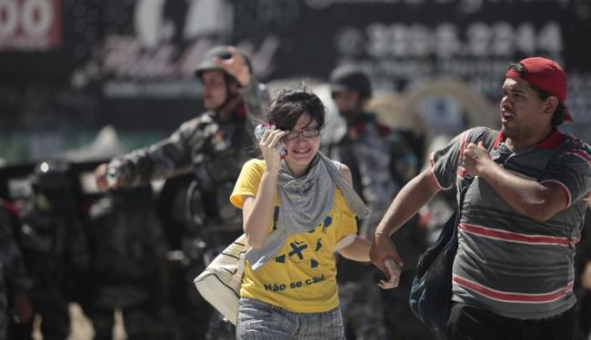 Torcedora chora durante manifestação antes da partida Brasil e México, em Fortaleza - Foto: Raul Spinassé / Ag. A TARDE