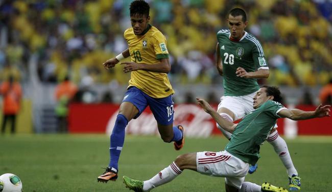 Neymar se livra da entrada dura do marcador - Foto: Raul Spinassé | Ag. A TARDE