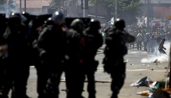 Tiros de balas de borracha disparados contra manifestantes - Foto: Raul Spinassé | Ag. A TARDE