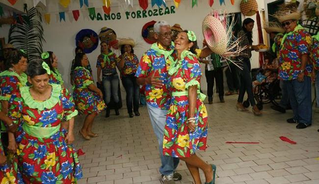 Indiferentes à idade, moradores da instituição esbanjaram simpatia durante a dança - Foto: Margarida Neide | Ag. A TARDE
