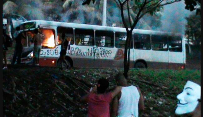 Manifestantes colocam fogo em ônibus na Avenida Centenário - Foto: José Ricardo Leita/UOL