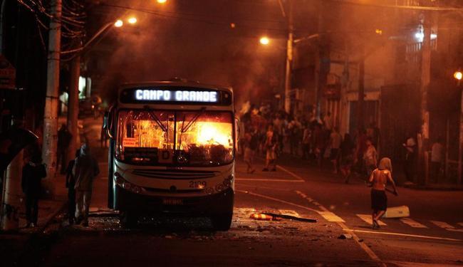 Ônibus incendiado na Rua Padre Feijó, no bairro do Canela - Foto: Raul Spinassé / Ag. A TARDE