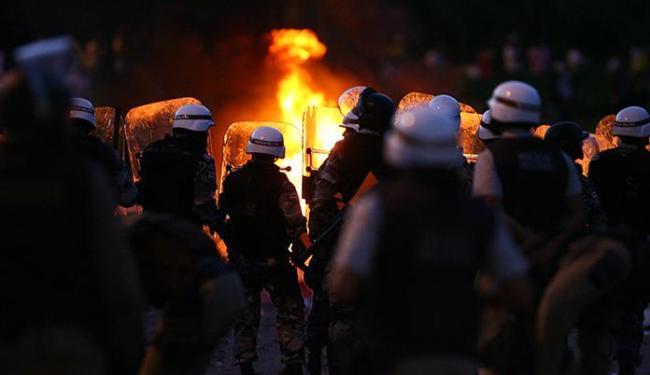 Os excessos policiais vitimizam os manifestantes; já a violência dos encapuzados afasta as pessoas - Foto: Fernando Amorim   Ag. A TARDE