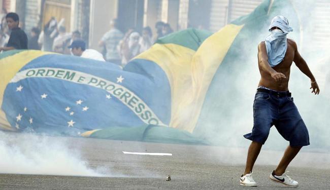 Manifestantes entraram em confronto com a PM no Centro - Foto: Lúcio Távora | Ag. A TARDE