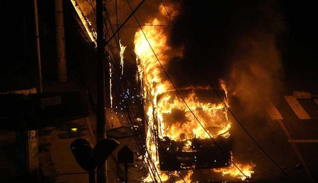 Incêndio em ônibus também causou danos à rede elétrica - Foto: Aníbal Ribeiro | Foto do Leitor | Ag. A TARDE