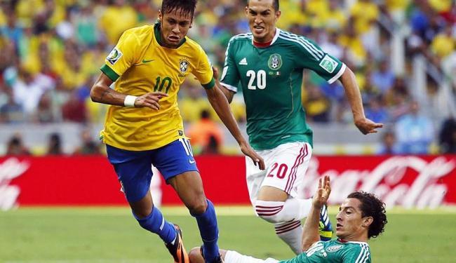 Neymar disputa bola com Andres Guardado, observado por Jorge Torres, durante partida contra o México - Foto: Agência Reuters