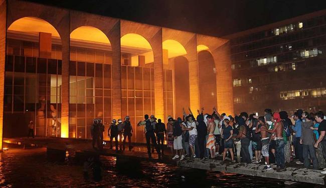 Manifestantes ocuparam o espelho de água e invadiram o prédio - Foto: Agência Reuters