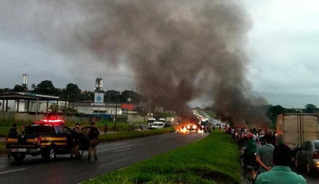 Manifestantes fecham BR-324 sentido Feira de Santana - Foto: Reprodução   Caio Barreira   Facebook
