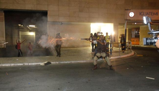 PM atira contra os manifestante no Iguatemi - Foto: Lúcio Távora | Ag. A TARDE