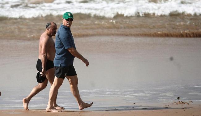 Felipão e Murtosa caminham na praia de Stella Maris - Foto: Raul Spinassé   Ag. A TARDE