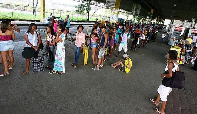 Na Estação Pirajá, os usuários amargaram à espera de ônibus de várias linhas - Foto: Fernando Amorim l Ag. A TARDE