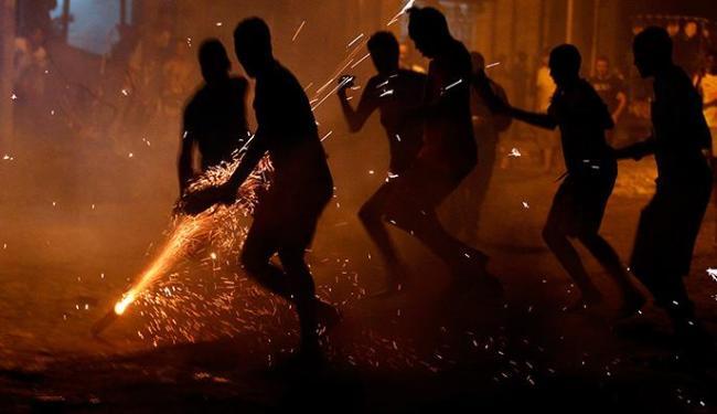 Apesar de proibida, espada é lançada na Rua do Trilho, em Cruz das Almas - Foto: Lúcio Távora | Ag. A TARDE