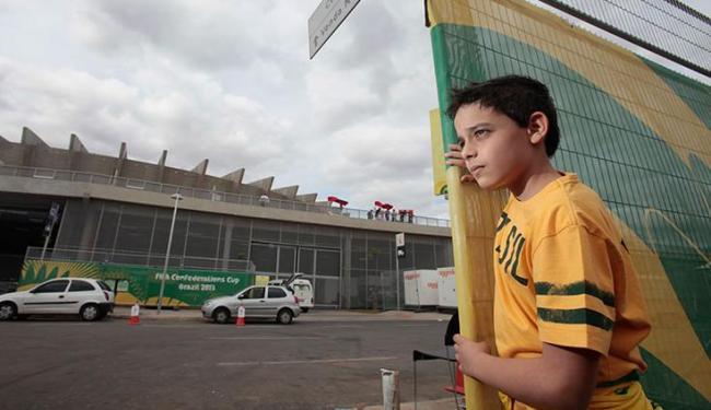 Lucas Mercini, 12 anos, não tem ingresso para ver o jogo contra o Uruguai em Mineirão - Foto: Raul Spinassé / Ag. A TARDE
