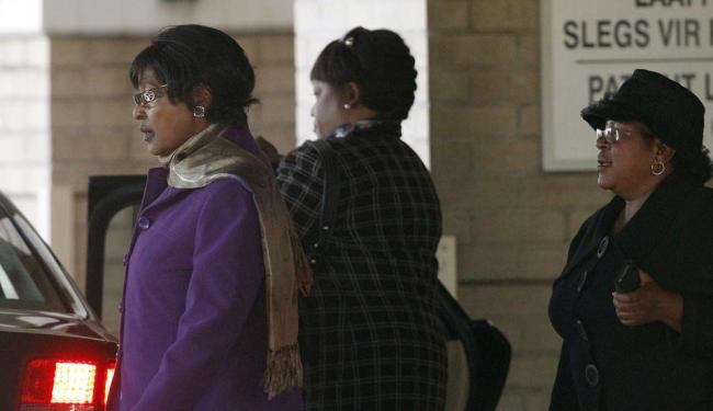 Winnie Mandela (à esquerda), ex-mulher de Mandela, e sua filha Zindzi (centro) deixam o hospital apó - Foto: Agência Reuters