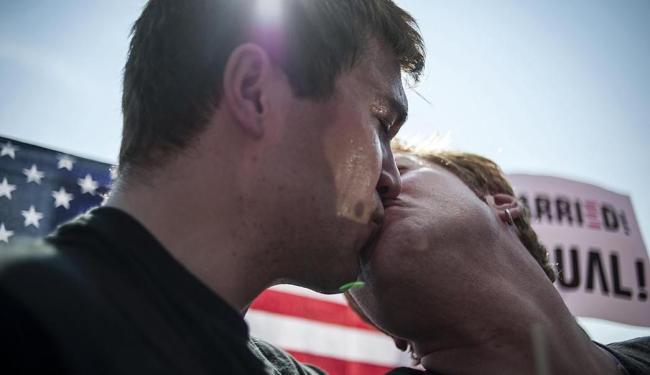 Casal se beija em comemoração ao resultado - Foto: Agência Reuters