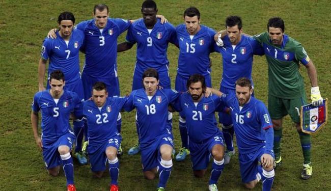 Sem Balotelli (nº9), italianos apostam no retorno de Pirlo (nº21) para superar os espanhóis - Foto: Ivan Alvarado / Agência Reuters