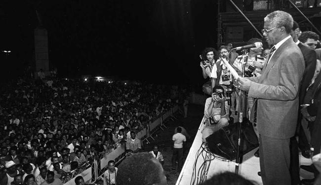 Mandela falou para multidão em 1991 na Praça Castro Alves - Foto: Wilson Besnosik | Arquivo | Agência A Tarde