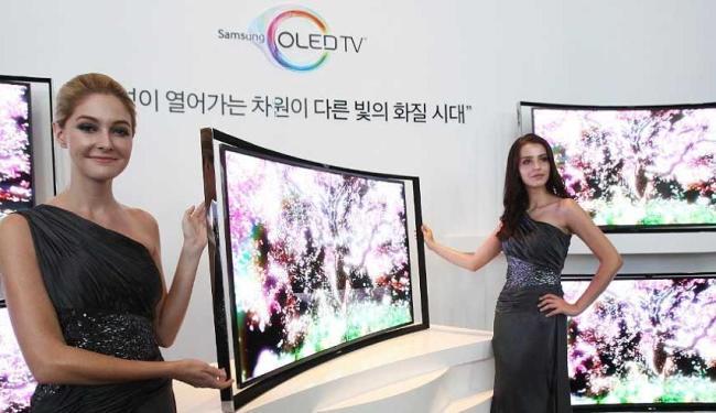 Samsung apresentou uma televisão de 55 polegadas com tela curva - Foto: Ahn Young-joon | AP Photo