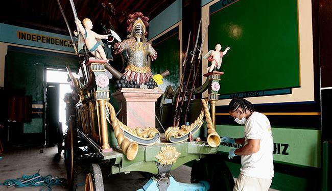 Carros e caboclos passam por restauração nos dias que antecedem o cortejo cívico - Foto: Mila Cordeiro l Ag. A TARDE
