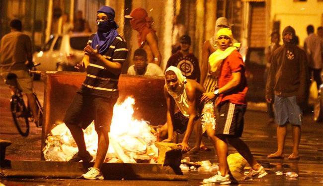 Manifestantes incendiaram contêineres nas proximidades da Estação da Lapa - Foto: Lúcio Távora | Ag. A TARDE