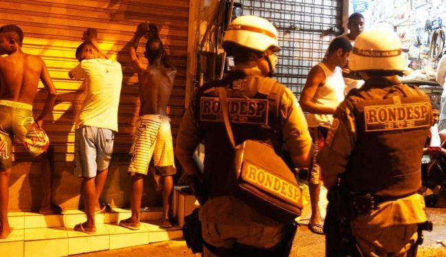 Policiais revistastaram algumas pessoas durante a manifestação na Lapa - Foto: Lúcio Távora | Ag. A TARDE