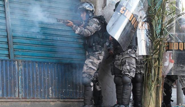Loja fechada e policiais na Av. Joana Angélica - Foto: Eduardo Martins | Ag. A TARDE