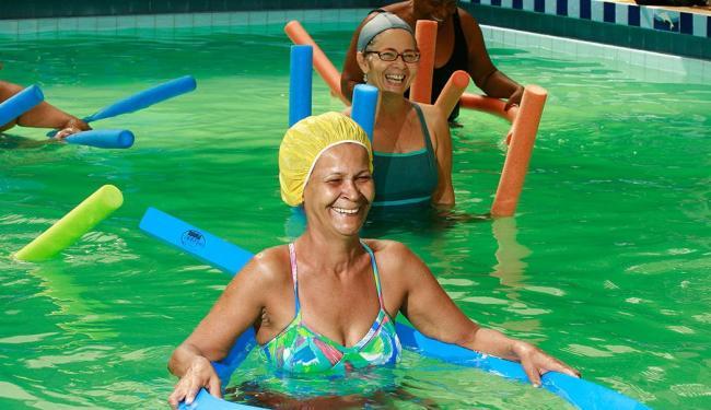 Costureira Marly Candida Oliveira, 55, pratica hidroginástica - Foto: Welton Araújo | Ag. A TARDE