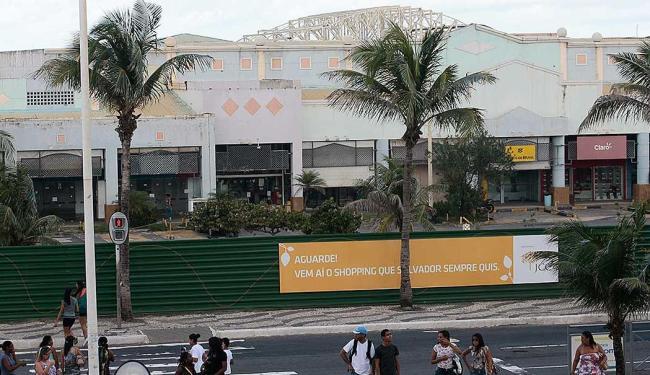 Tapumes já cobrem fachada do shopping - Foto: Mila Cordeiro   Ag. A TARDE