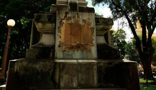 No monumento em homenagem a D. Pedro II resta apenas a estátua - Foto: Fernando Vivas | Ag. A TARDE