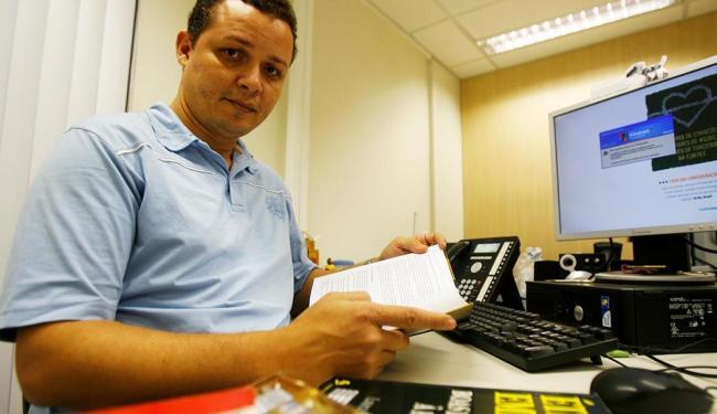 Josevaldo, que estuda para seleção da Petrobras, reserva as noites para ler manuais e fazer simulado - Foto: Adilton Venegeroles | Ag. A TARDE