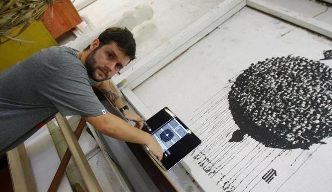 O designer gráfico Ailson Rolemberg usa o Flickr para expor seu portfólio e conseguir trabalho - Foto: Adilton Venegeroles   Ag. A TARDE