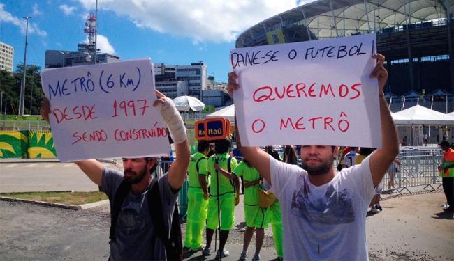 Com cartazes nas mãos, eles criticaram a construção do metrô na capital baiana - Foto: Lucas Cunha | Ag. A TARDE