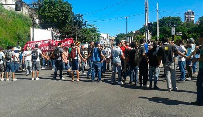 Grupo desistiu de se aproximar da barreira da Polícia Militar, formada pelo Batalhão de Choque - Foto: Paula Janay Alves | Ag. A TARDE