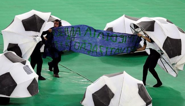 Manifestantes levantaram cartaz com os dizeres