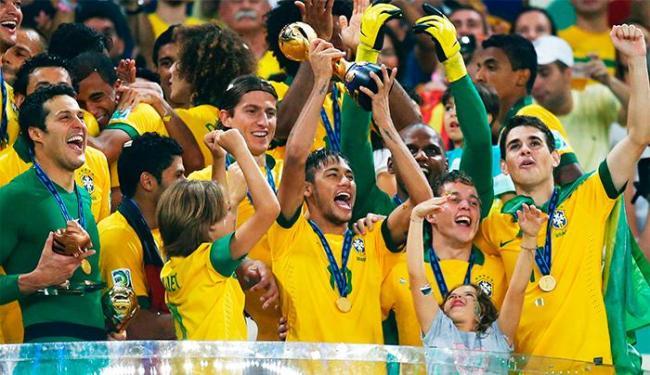 Neymar ergue a taça da Copa das Confederações - Foto: Agência Reuters