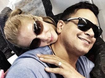 Carla faz carinho no maridão durante voo para o Rio - Foto: Reprodução | Instagram